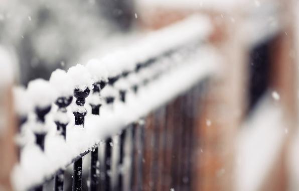Картинка зима, снежинки, природа, забор, фокус, fence, идёт, снежок, изгородь