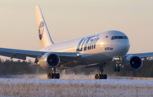 Картинка зима, снег, закат, двигатель, полоса, крыло, аэропорт, Boeing, самолёт, посадка, sunset, шасси, winter, snow, airport, …