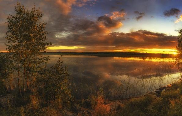 Картинка лето, небо, трава, облака, деревья, закат, озеро, камни, берег, лодка, панорама, зарево, кусты