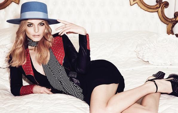Картинка поза, стиль, шляпа, макияж, платье, актриса, прическа, фотограф, туфли, постель, лежит, шарфик, на кровати, Elle, …
