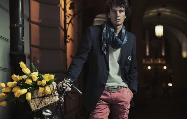 Картинка цветы, велосипед, улица, корзина, шарф, фонарь, арка, тюльпаны, парень, сумерки, брюнет, весер