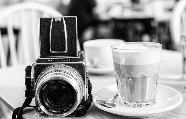 Картинка стакан, стиль, фон, widescreen, обои, чёрно-белое, камера, фотоаппарат, wallpaper, glass, напиток, style, black-and-white, широкоформатные, camera, …