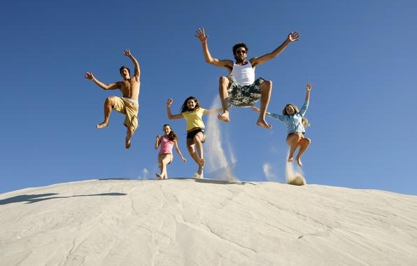 Картинка песок, лето, небо, радость, счастье, девушки, настроение, прыжок, смех, парни