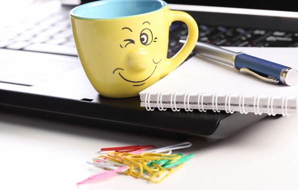 Картинка креатив, позитив, размытость, ручка, смайл, чашка, блокнот, ноутбук, notebook, smile, hi-tech, боке, скрепки, laptop, wallpaper., …