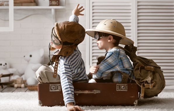 Картинка дети, игра, игрушки, шляпа, очки, чемодан, рюкзак, мишки, мальчики, лётчики