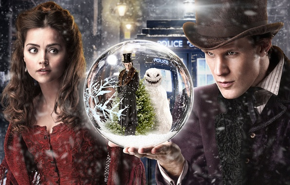 Фото обои снеговик, шляпа, Matt Smith, снег, Jenna-Louise Coleman, улица, Доктор Кто, девушка, шар, елка, человек, фонари, ...