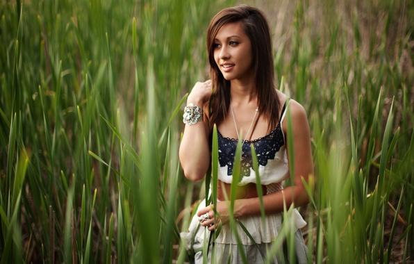 Картинка взгляд, девушка, природа, улыбка, растения, брюнетка