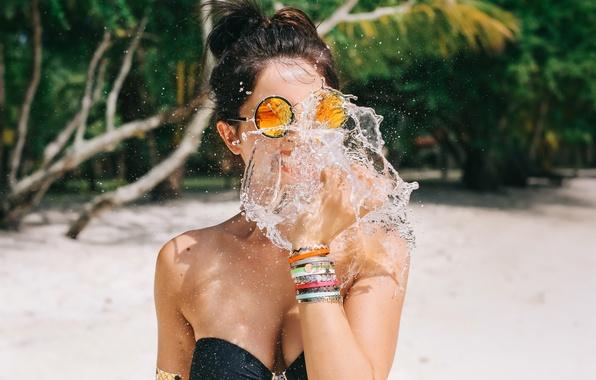 Картинка девушка, брызги, очки, декольте, David Olkarny, Bite of water