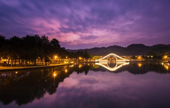 Картинка небо, облака, свет, деревья, ночь, огни, озеро, отражение, подсветка, фонари, Китай, Тайвань, мостик, аллея, Тайбэй, …