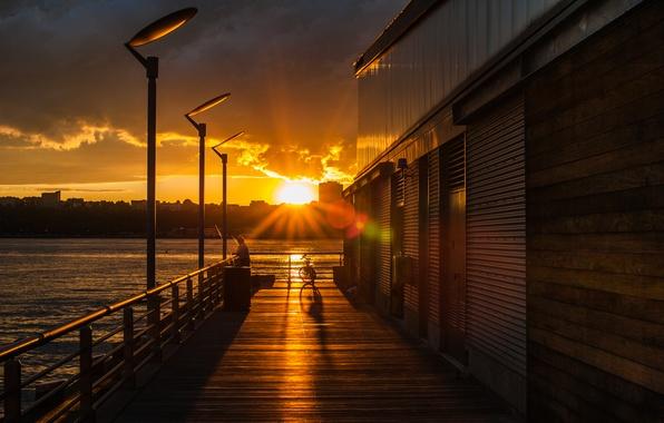 Картинка море, небо, вода, солнце, облака, деревья, закат, велосипед, city, город, озеро, лампы, вечер, sky, sea, …