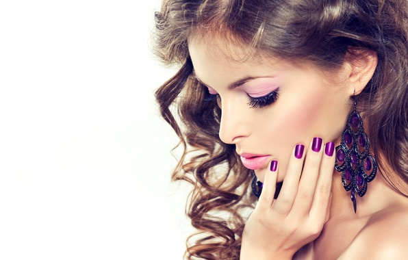 Картинка лицо, фон, модель, волосы, рука, серьги, макияж, кудри, маникюр
