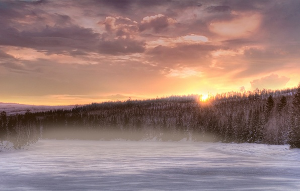 Картинка зима, лес, небо, солнце, облака, снег, деревья, закат, оранжевый, туман, река, елки, Вечер, дымка, хвоя, …