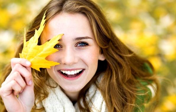 Картинка осень, листья, девушка, радость, желтый, улыбка, фон, обои, настроения, женщина, смех, размытие, позитив, девочка, листик, ...