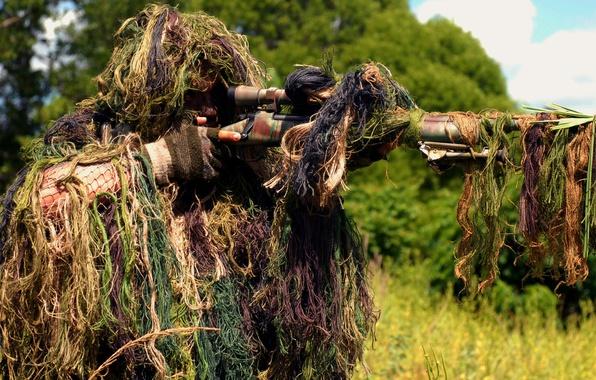 Картинка лес, трава, солдат, оптика, стрельба, снайпер, камуфляж, прицел, винтовка, на вскидку