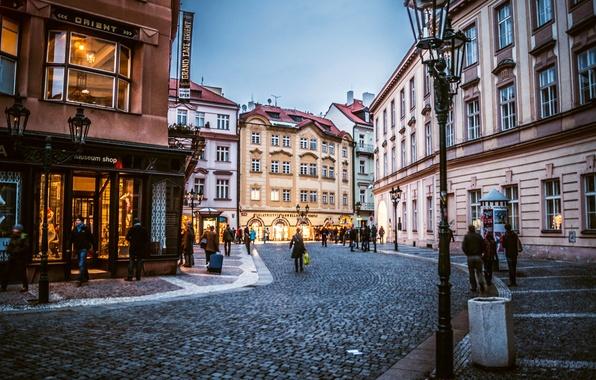 Картинка город, люди, здания, дома, вечер, брусчатка, Прага, Чехия, фонари, магазины, Prague, Czech, Praha, Старе-Место, Staré …