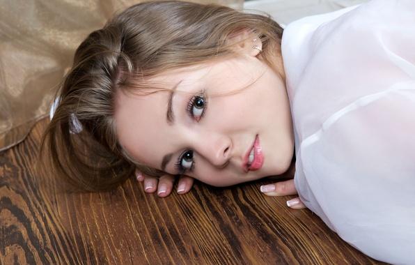 Картинка глаза, взгляд, девушка, фон, widescreen, обои, милая, модель, wallpaper, girl, губки, eyes, широкоформатные, background, model, …