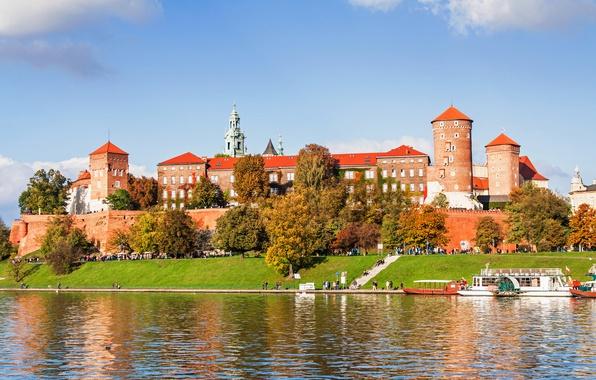 Фото обои осень, солнце, деревья, река, люди, замок, холм, Польша, катера, набережная, Краков, Вавель, Krakow, Висла, Вавельский ...