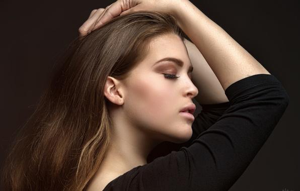 Картинка девушка, лицо, фон, волосы, руки, губы, профиль