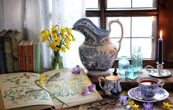 Картинка цветы, чай, книги, свеча, окно, очки, чашка, бутылки, кувшин, натюрморт, крокус, нарцисс, барвинок