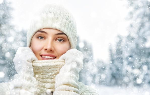 Картинка зима, девушка, снег, деревья, снежинки, блики, шапка, красавица, воротник, в белом, свитер, боке, рукавички