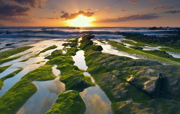 Картинка море, волны, небо, вода, солнце, облака, свет, камни, скалы, мох, выдержка, Испания, Баррика