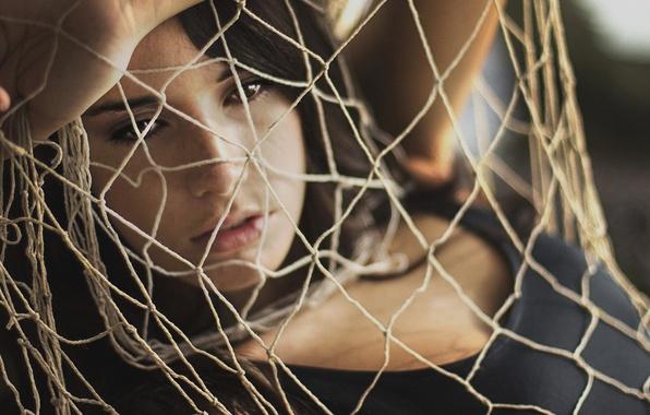 Картинка взгляд, девушка, лицо, фон, сетка, обои, сеть, настроения, рука, веревки, брюнетка, широкофрматные, wallpapers, усталость. раздумья