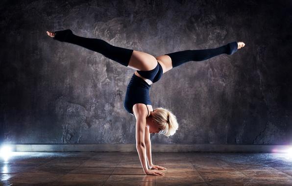 Картинка девушка, свет, поза, стена, спорт, трусики, чулки, майка, фигура, блондинка, фитнес, спортсменка, шпагат, на полу, …