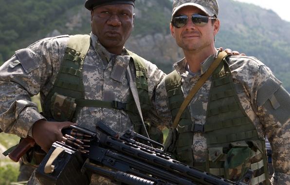 Картинка пейзаж, горы, оружие, очки, солдаты, пулемет, форма, кепка, камуфляж, боевик, берет, Christian Slater, Винг Реймз, ...
