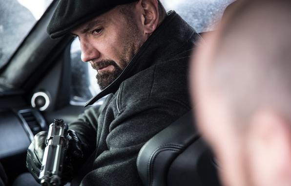 Фото обои кадр, 007: СПЕКТР, SPECTRE, Mr. Hinx, Дэйв Батиста, Dave Bautista, кепка, перчатки, пистолет