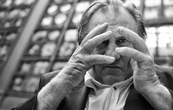 Картинка взгляд, портрет, руки, чёрно-белая, монохром, Жерар Депардьё, Gérard Depardieu