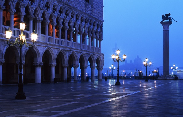Картинка туман, вечер, площадь, фонари, Италия, Венеция, архитектура, дворец дожей, пьяцетта, венецианский лев, лев святого марка