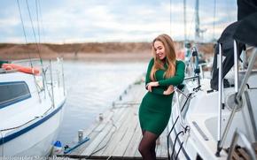 Картинка песок, осень, небо, девушка, улыбка, река, яхты, яхта, причал, платье, красиво, красивая, зеленое, яхтклуб