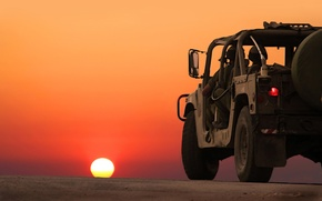 Картинка дорога, машины, война, пейзажи, горизонт, бойцы, закат солнца