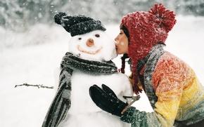 Обои зима, девушка, снег, поцелуй, снеговик
