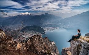 Картинка небо, облака, горы, город, озеро, скалы, долина, мужчина, солнечный, созерцание