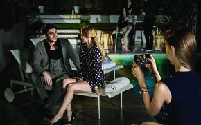 Картинка девушка, бассейн, реклама, мужчина, сидит, galaxy, samsung, samsung galaxy s7, беседа.