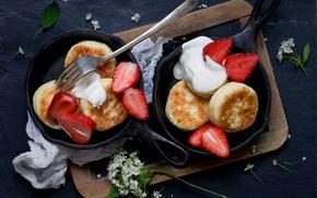 Обои ягоды, клубника, доска, вилка, натюрморт, цветки, оладьи, сковородки