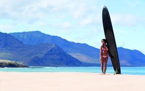 Картинка песок, пляж, купальник, девушка, горы, океан, доска, surfing