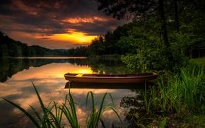 Картинка лес, небо, облака, деревья, закат, река, камыши, берег, лодка, зарево, кусты