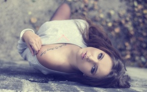 Картинка девушка, фото, модель, брюнетка, тату, лежит, плечо, взгялд