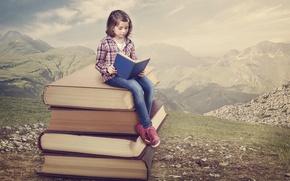 Картинка девочка, чтение, книги, горы, природа