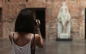 Картинка девушка, стрижка, спина, майка, статуя, фотографирует