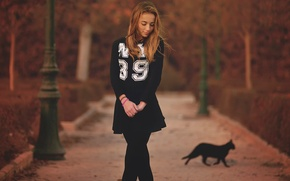 Обои осень, девушка, фигура, аллея, в чёрном, чёрная кошка
