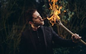 Картинка огонь, сигара, парень