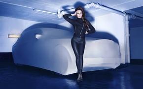 Картинка куртка, одежда, гараж, певица, брюнетка, черная, тень, машина, Лана Дель Рей, Lana Del Rey, трубы, ...