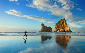 Картинка море, пляж, небо, девушка, облака, скалы, рассвет, спорт, бег