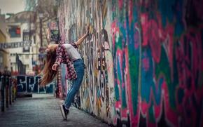 Обои стена, танец, девушка, граффити, город