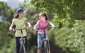 Картинка лето, природа, велосипед, дети, путь, дерево, отдых, руль, девочка, кепка, прогулка, поход, поездка, езда, подружки