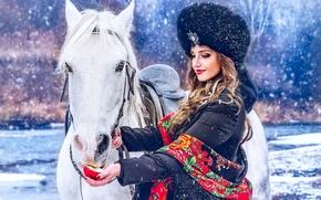 Обои девушка, снег, шапка, лошадь, яблоко, платок