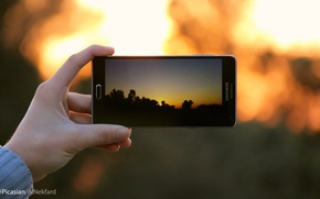 Картинка photography, sunset, macro, blur, focus, holiday, hand, samsung, mobile, focused, picture into picture